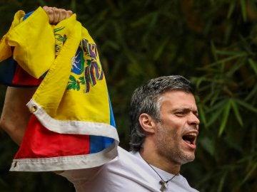 Leopoldo López saluda a sus partidarios desde su casa