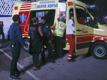Miembros de los servicios sanitarios se llevan en ambulancia al acróbata accidentado cuando participaba en un espectáculo