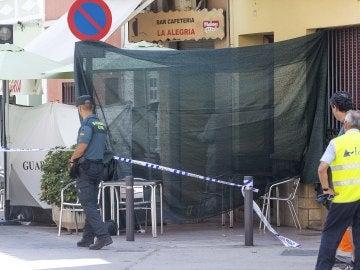 La Guardia Civil acordona la terraza del bar donde ocurrió el asesinato