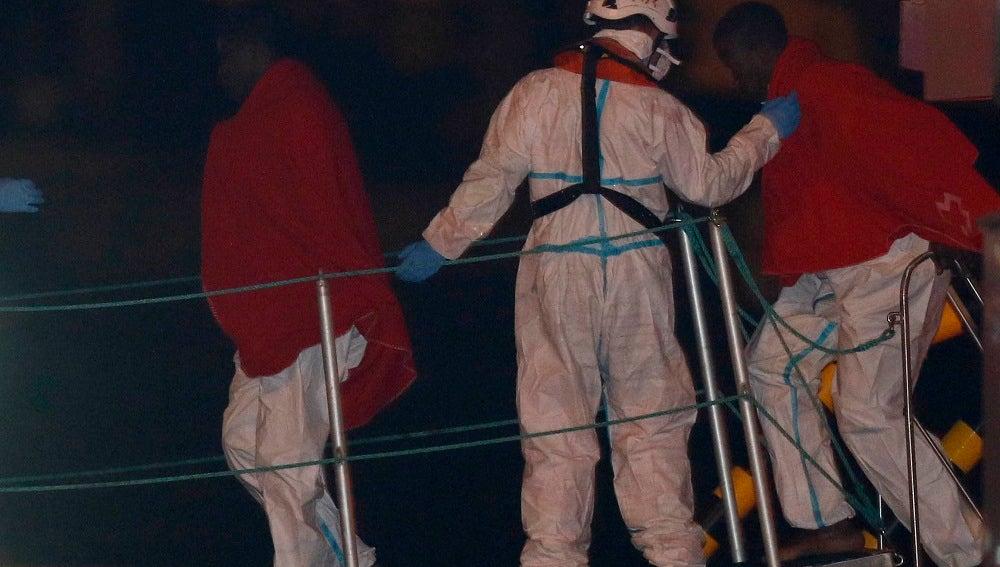 Varios inmigrantes a su llegada al puerto de Almeria tras ser rescatados por Salvamento Marítimo