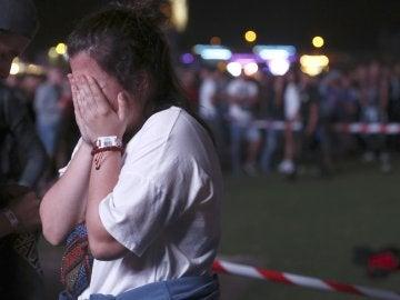 Una chica se lamenta del accidente sufrido por un acróbata que participaba en el Mad Cool