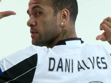 Dani Alves posa con la camiseta de la Juventus
