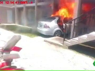 El vehículo ardiendo tras estrellarse en una casa de Florida