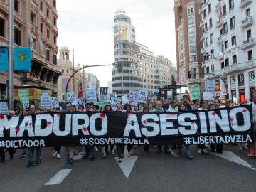 Mas de 300 manifestantes convocados por la oposición venezolana, han marchado hoy por las calles de Madrid