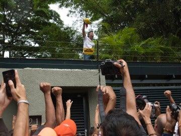 El líder opositor venezolano Leopoldo López saluda a seguidores