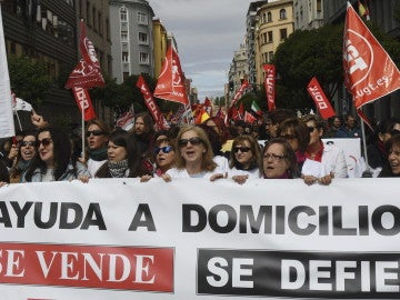 """Varias mujeres portan una pancarta durante la manifestación por el Primero de Mayo pidiendo salarios """"justos"""""""