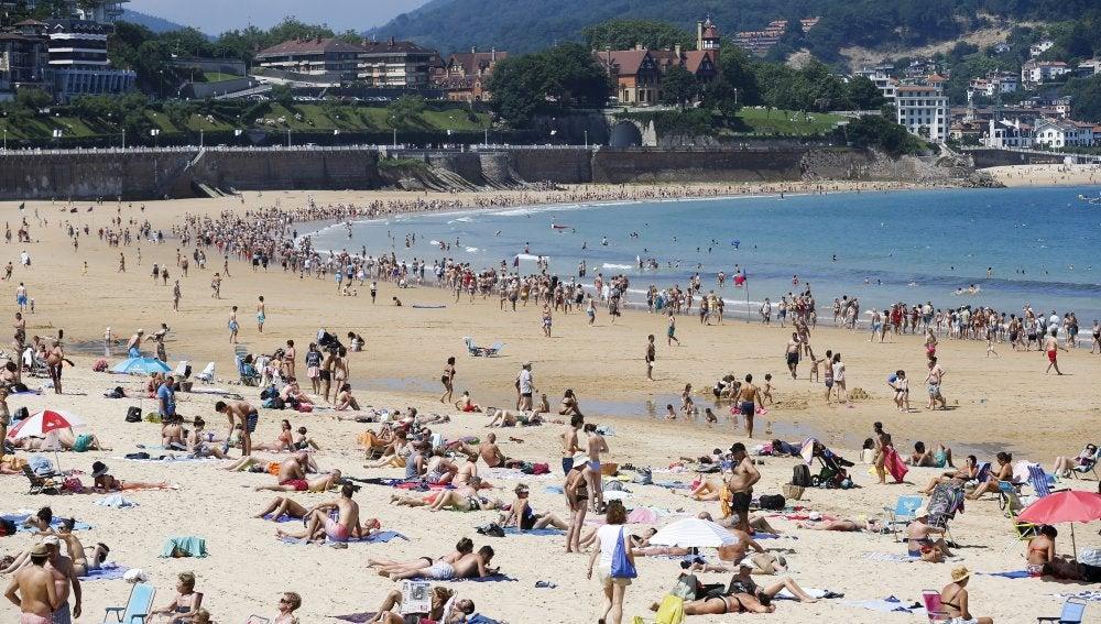 Numerosos vecinos y turistas ayer en la playa de La Concha de San Sebastián