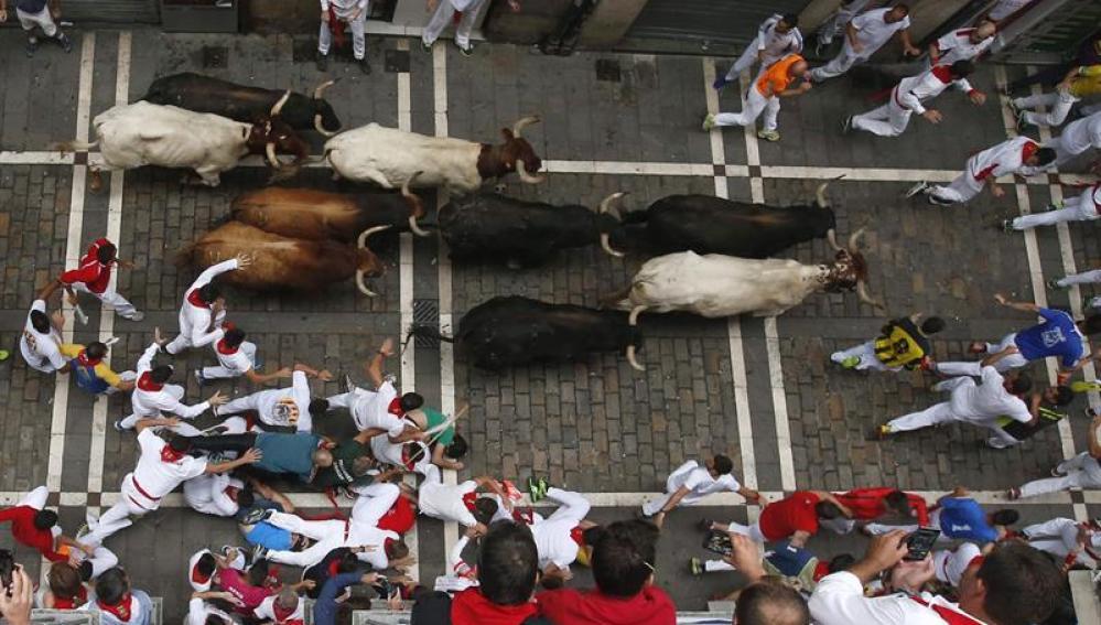 Los toros de la ganadería de Fuente Ymbro a su paso por la calle Estafeta de Pamplona
