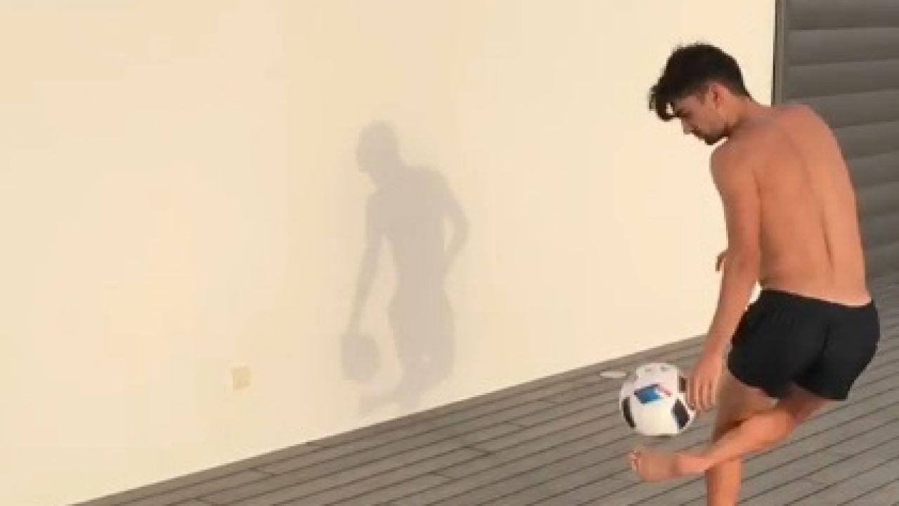 Enzo Zidane dando toques al balón