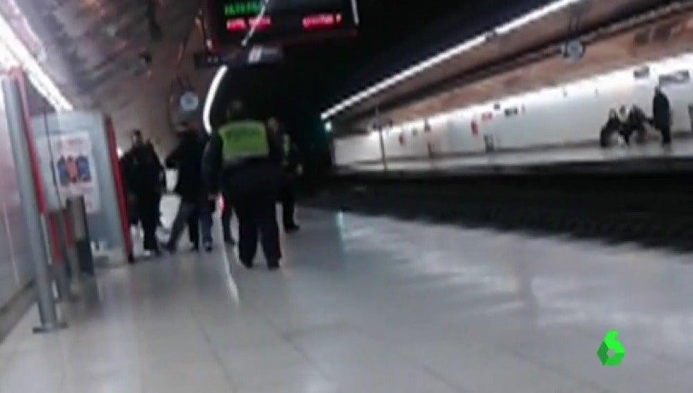 20 años de cárcel para el joven que arrojó a un policía a las vías del metro de Madrid