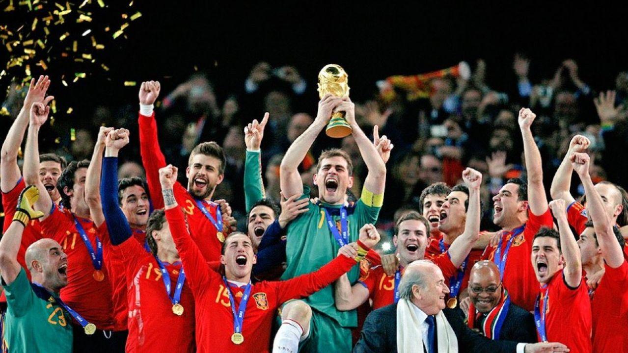 Iker Casillas levanta la Copa del Mundo en Sudáfrica
