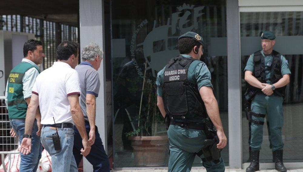 Ángel María Villar llega a la sede de la RFEF junto a miembros de la Guardia Civil