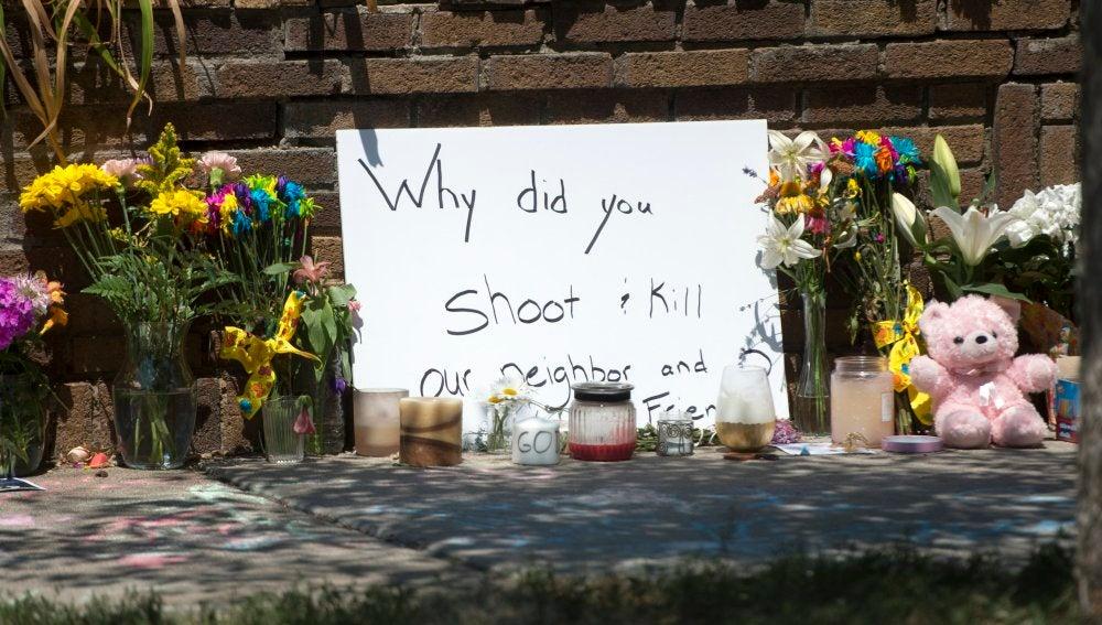 Flores en memoria de la mujer asesinada en EEEUU