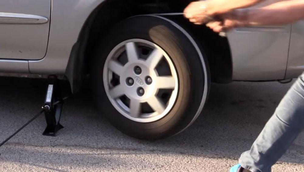 Arrancar el coche con una cuerda y otros 5 trucos para salir airoso de una emergencia [VÍDEO]