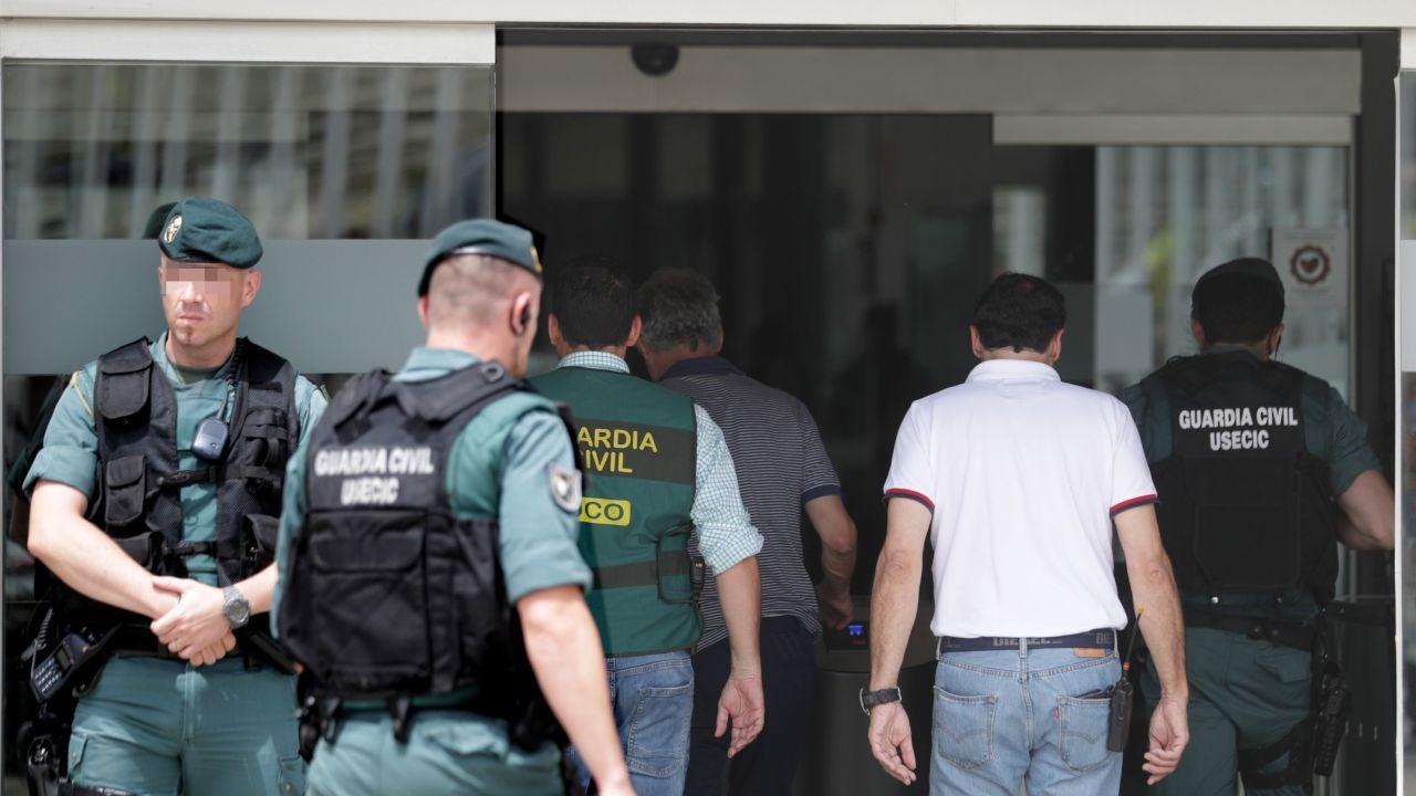 Ángel María Villar accede a la sede de la RFEF acompañado de agentes de la Guardia Civil
