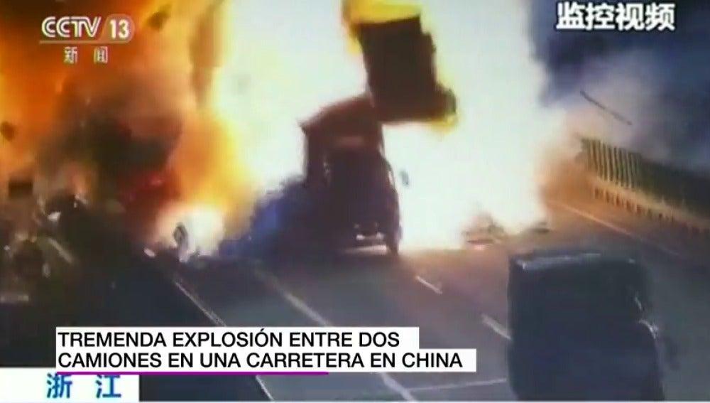 Impactante y gigantesca explosión tras el choque entre dos camiones en una carretera de China