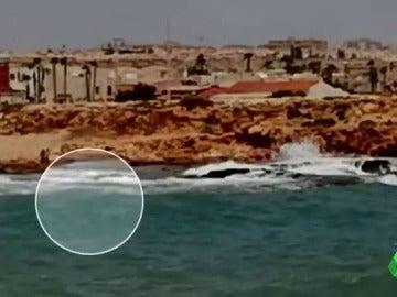 Un guardia civil se lanza al mar y rescata a dos menores en una cala de Torrevieja