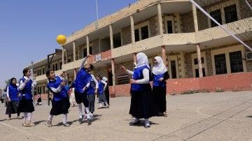 Las niñas juegan al volley en una escuela de Mosul
