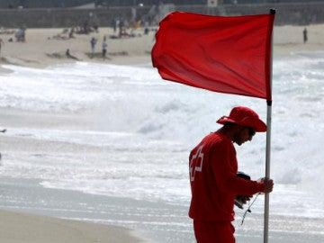 Bandera roja en la playa