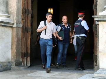 La Guardia Civil abandona el Palau de la Generalitat