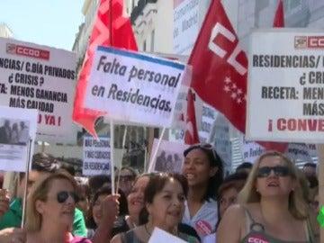 Los trabajadores de residencias de ancianos de la Comunidad de Madrid se manifiestan por la falta personal