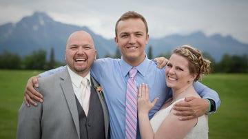 Becky y Kelly Turney abrazan a Jacob Kilby, el receptor del corazón de su hijo