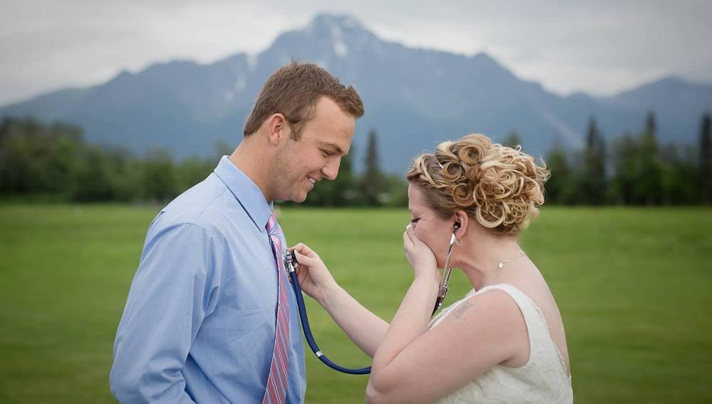 Becky Turney escucha los latidos de Jacob, el receptor del corazón de su hijo