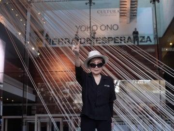Yoko Ono le gana la partida a Heineken
