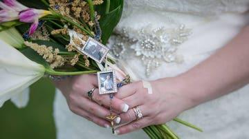 El ramo de la novia con fotos de su hijo fallecido
