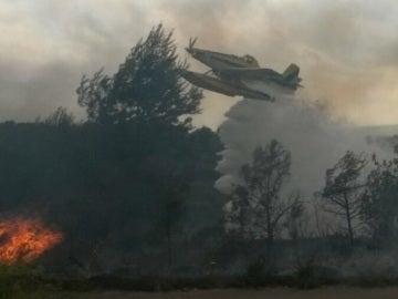Efectivos aéreos combaten el incendio de Sant Mateu