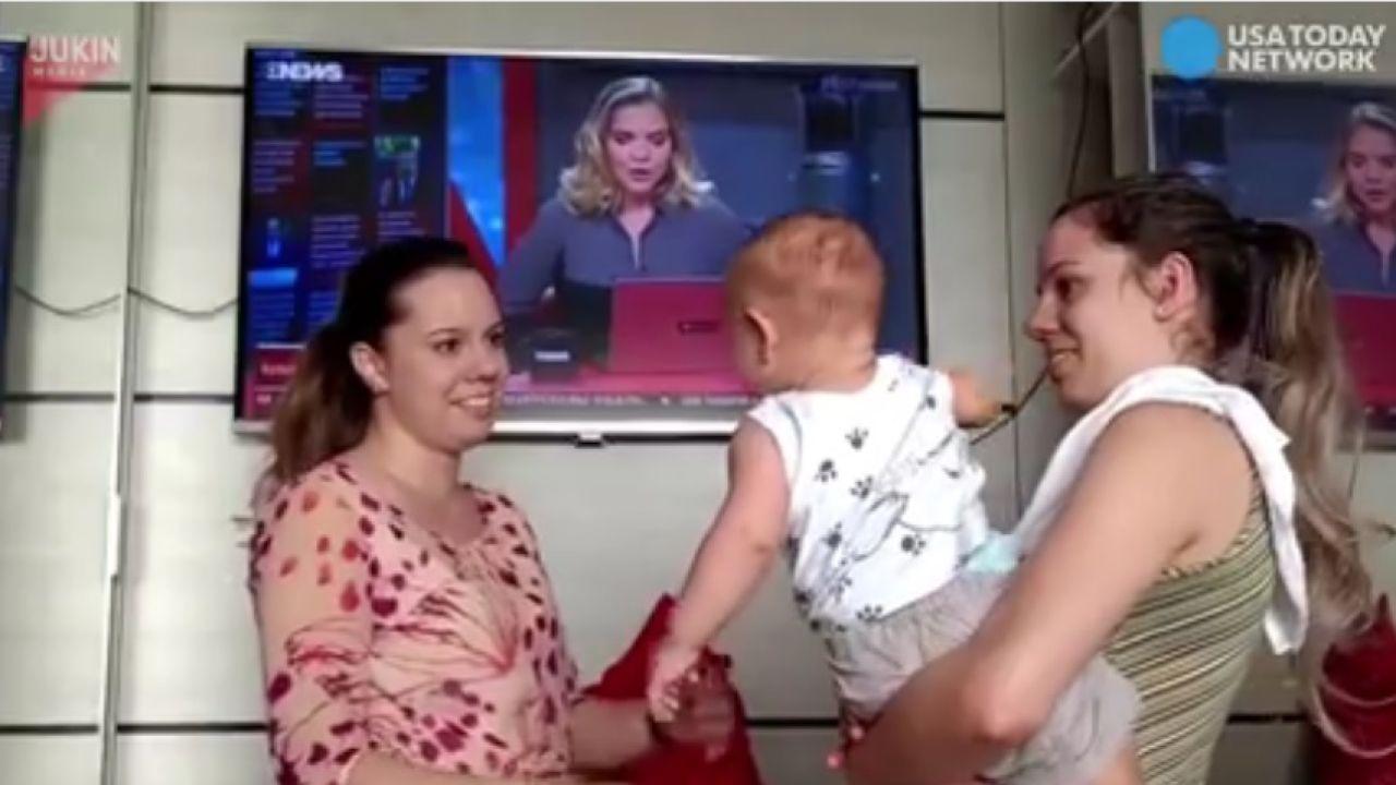 El bebé no distingue cual de las hermanas gemelas es su madre