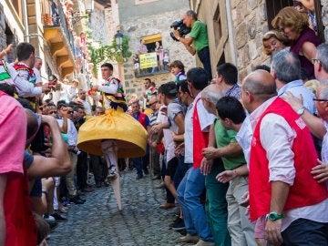 Uno de los danzadores del tradicional baile de los Zancos de Anguiano, en La Rioja