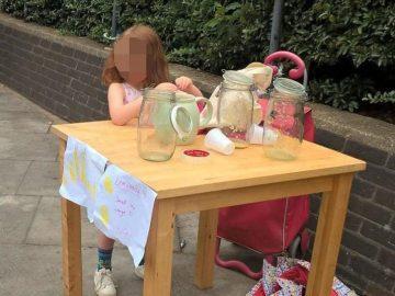 El puesto de limonada montado por la niña en la calle