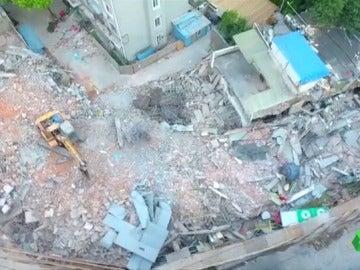Los servicios de rescate buscan supervivientes entre los escombros del edificio