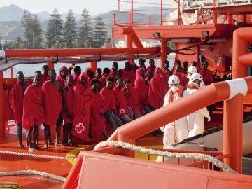 La embarcación de Salvamento Marítimo llegando a las costas de Motril