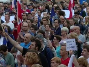 Miles de polacos protestan contra las reformas del Gobierno