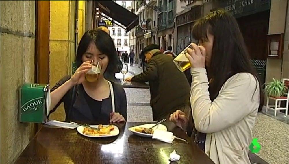 Unas turistas japonesas recorren la ruta de los pintxos en San Sebastián