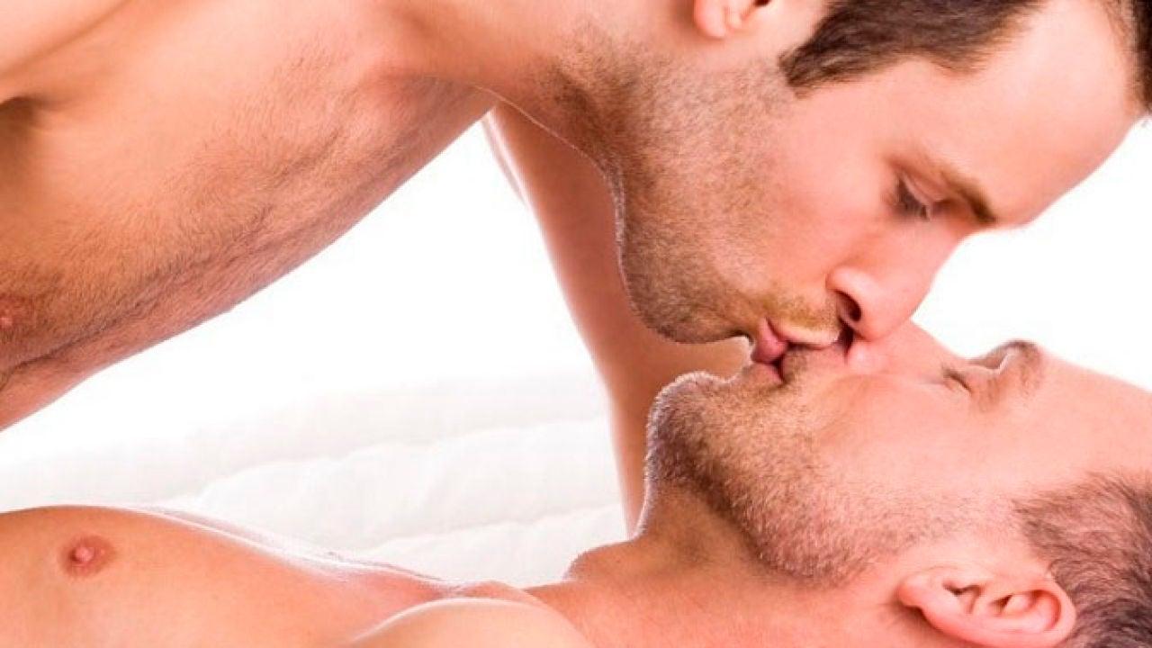 Dos hombres besándose