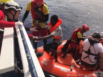Inmigrantes siendo rescatados