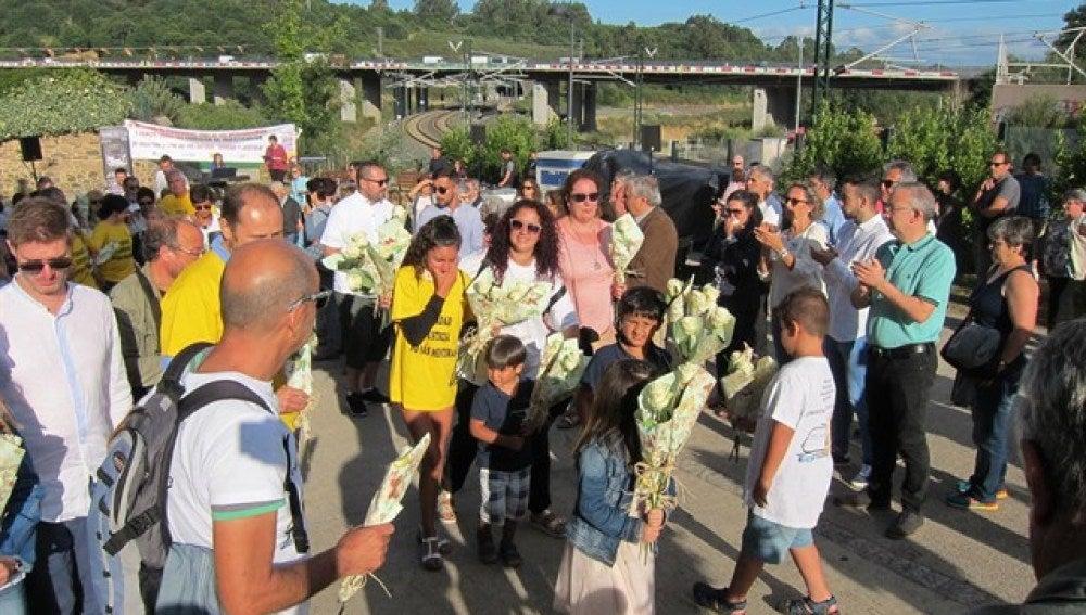 Familiares y amigos en el lugar del accidente del Alvia