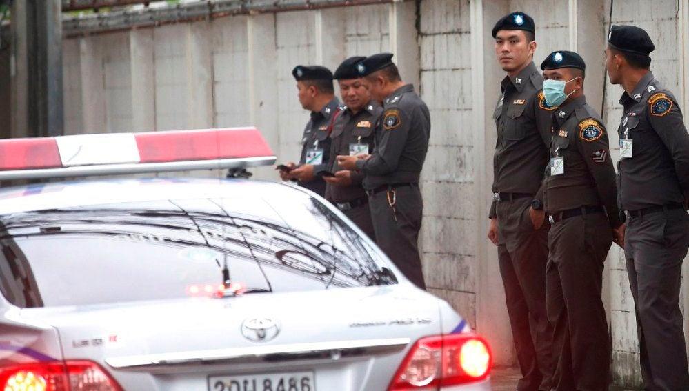Automóvil y unidades de la policía tailandesa