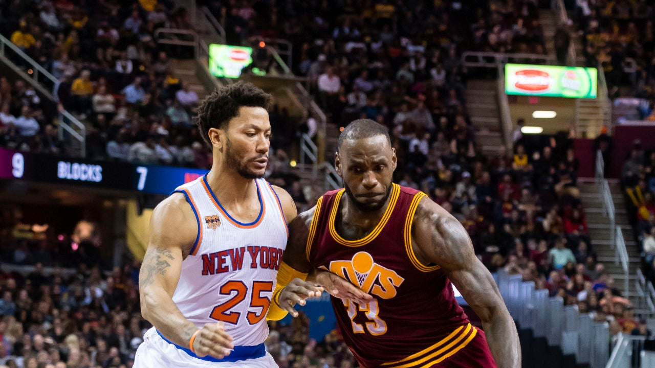 Derrick Rose defiende a LeBron James