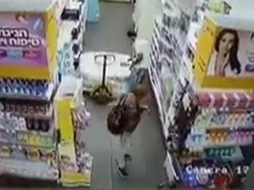 Un joven palestino apuñala a un reponedor israelí