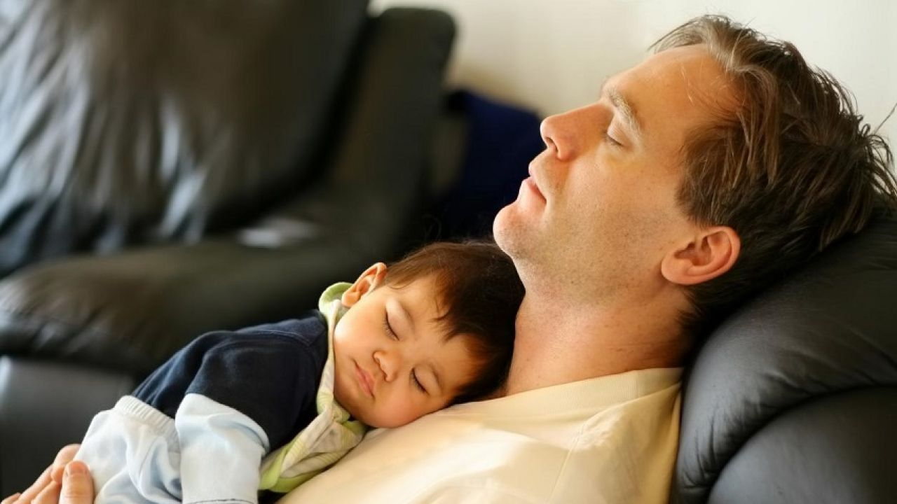 Advierten que dormir con un bebé en el sofá aumenta su riesgo de muerte súbita