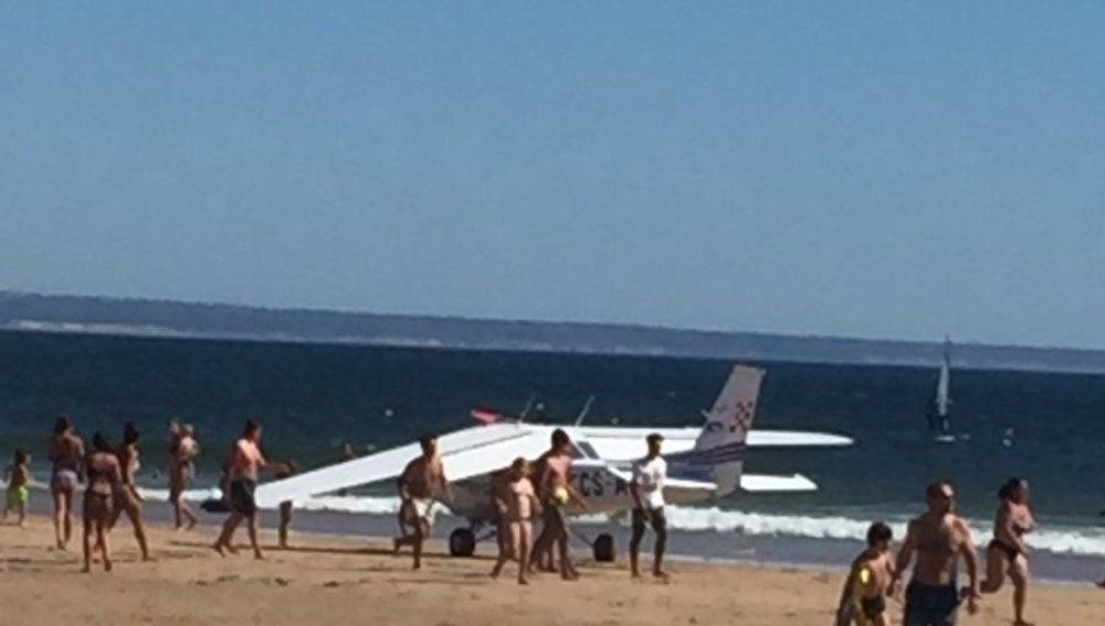 El avión, después de aterrizar