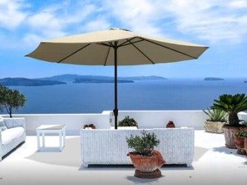 Un hotel de Benidorm permite cargar el móvil en la piscina mediante sombrillas solares