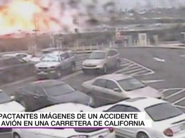 Las impactantes imágenes de la explosión de una avioneta al estrellarse en una carretera