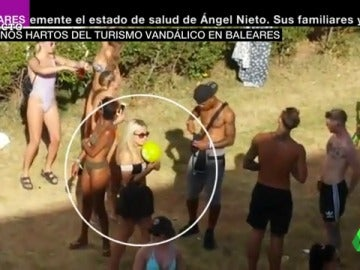 """Vecinos de Ibiza hartos del 'turismo de borrachera': """"Hay gente masturbándose y duchándose en los balcones"""""""