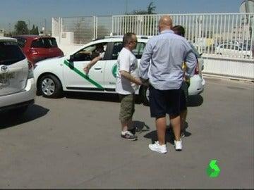 El código de vestimenta de los taxistas a debate durante el verano