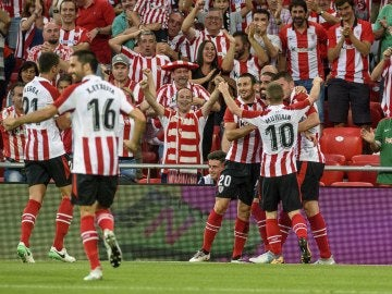 Los jugadores del Athletic celebran uno de los goles de Raúl García ante el Dinamo de Bucarest